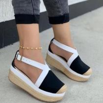 Moderne Offene Schuhe in Kontrastierenden Farben Mit Runden Spitzen und Dicken Sohlen