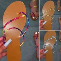 Lässiges Slippers mit Flachen Sohlen und Bunt Bedruckten Bändern und