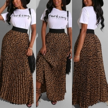 Modernes Zweiteiliges Set bestehend aus einem T-Shirt mit Kurzen Ärmeln und Textaufdruck und Rock mit Leopardenmuster