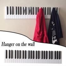 Kreative Wandgarderobe aus Holz in Klavierform