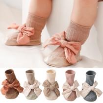 Nettes Baby- und Kleinkind-Schuhe in Kontrastierenden Farben mit Schleifchen