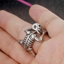 Silberner Halloween-Ring im Retrostil in Skelettformel