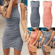 Modernes Ärmelloses Kleid mit Volltonfarbe Rundhalsausschnitt Unregelmäßigem Saum und Schlanker Passform